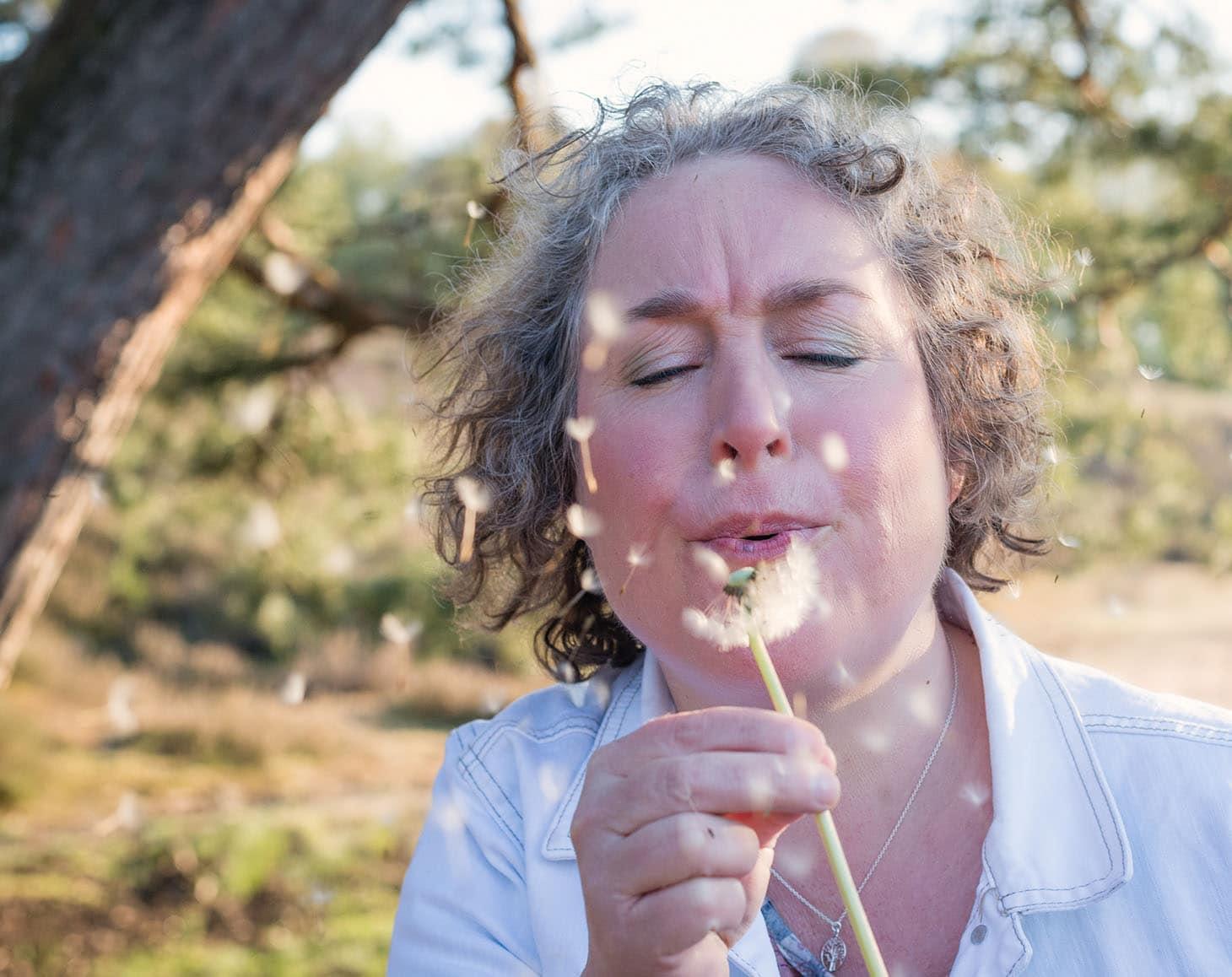 een drankje van appelazijn helpt prima tegen hooikoorts- en allergieklachten. Je drinkt dit dagelijks op nuchtere maag. Lees hier het recept.